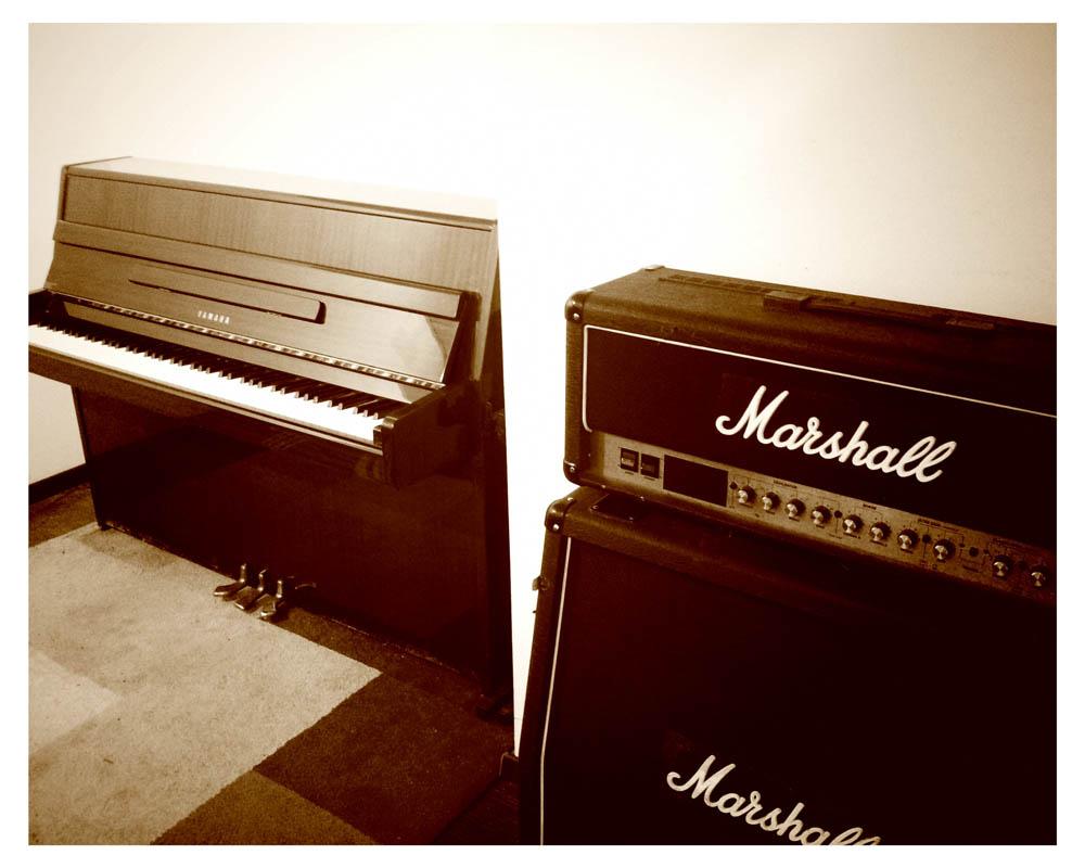Piano Yamaha y amplificador Marshall