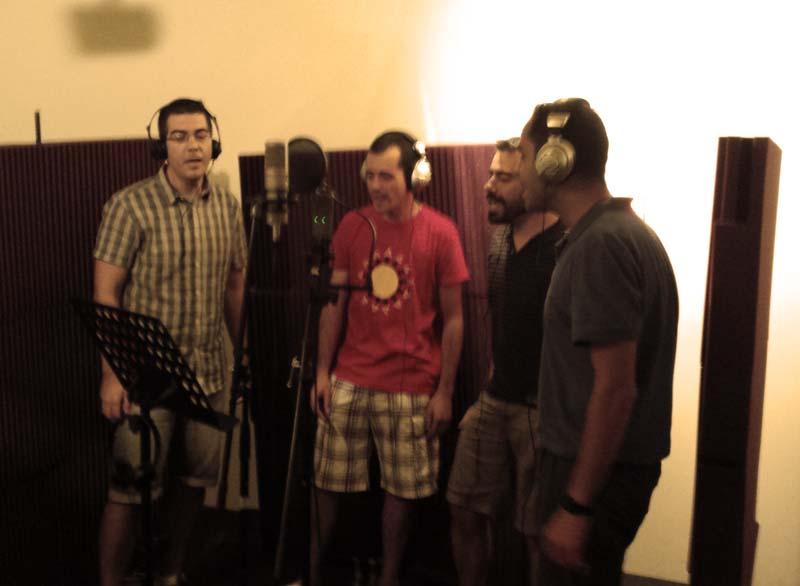 Madru, Dani, Gato y Gerar grabando coros